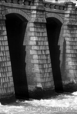 毛馬洗堰の堰柱と水通し
