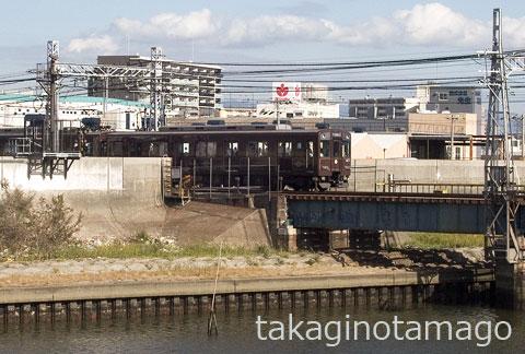 西淀川側の陸閘を通過する電車