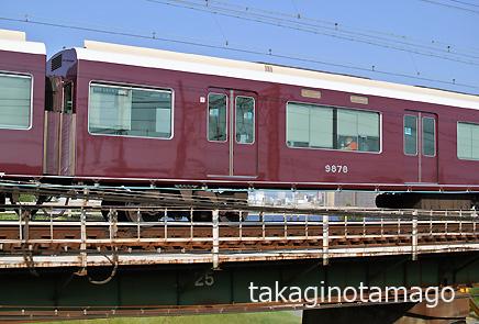 一段高い橋を滑るように走る京都線の特急