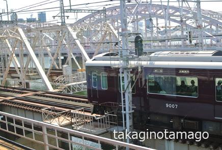 京都線から見下ろした宝塚線の電車