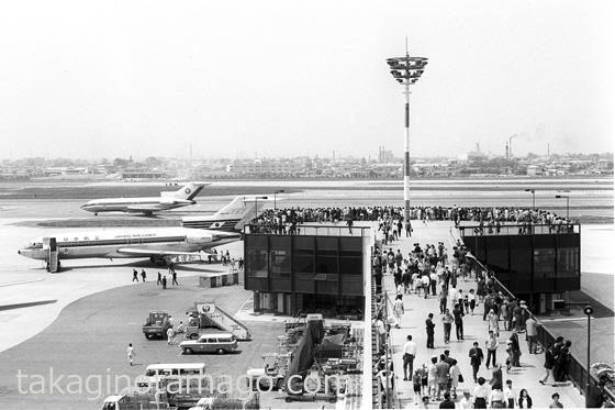見物客で賑わうターミナルビルのフィンガー