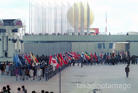 式典を終えお祭り広場をあとにする参加各国