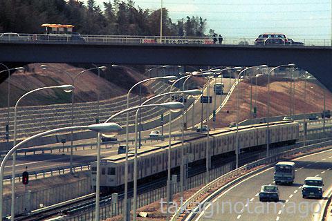北大阪急行会場線を万博中央口に向う列車