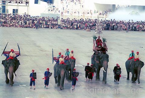 お祭り広場 戦いのシーン