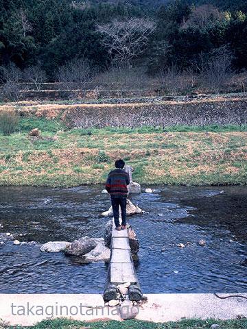 流れ橋を渡る