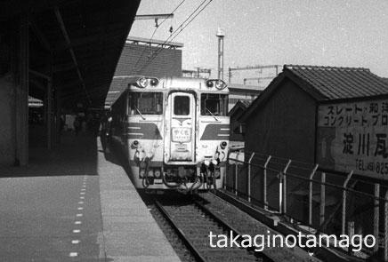 新大阪で出発を待つ特急「やくも」