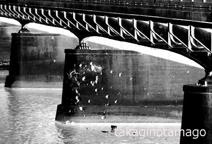 【長柄橋の弾痕】多くの弾痕が残る旧長柄橋の橋脚